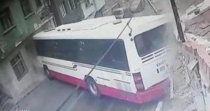 Kontrolden çıkan otobüs, evlere çarpıp durabildi: 6 yaralı