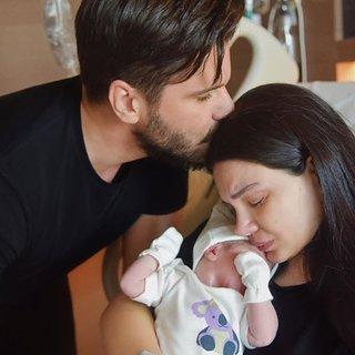 Almeda Abazi ve Tolgahan Sayışman bebeklerinin yüzünü ilk kez gösterdi