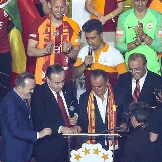 Fatih Terim 5 yıl daha Galatasaray'da! İşte şampiyonluk kutlamalarına damga vuran o anlar
