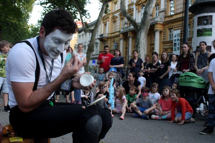 Hırvatistan'da renkli sokak festivali