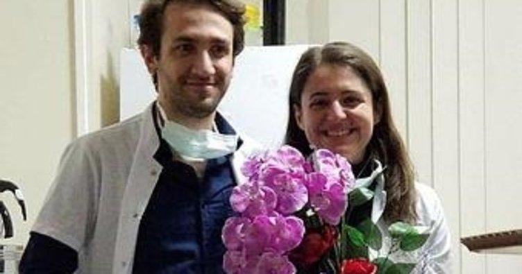 Korona mesaisi yapan doktor çift, acil serviste nişanlandı