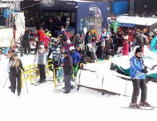 Kar kalınlığı 169 santime ulaştı! Tatilciler akın etti...