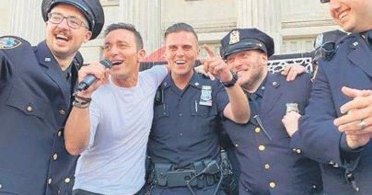 New Yorklu polislerle 'Araba'yı söyledi