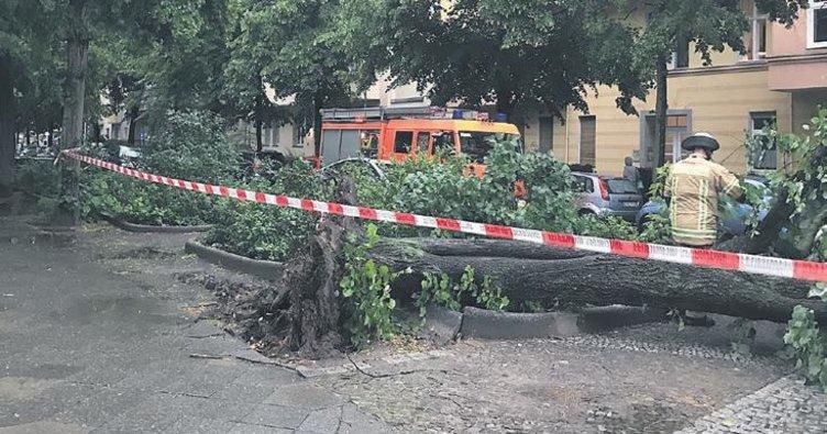 Fırtınada 20 kişi yaralandı