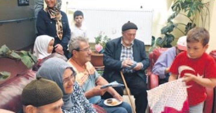 Miniklerden yaşlılara huzur veren ziyaret