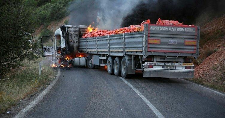 Tunceli'de yol kesen PKK'lılar araç yaktı!