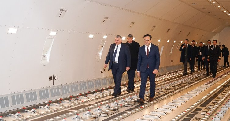 Turkish Cargo, ilk Boeing 777 kargo uçağının teslimini kutladı