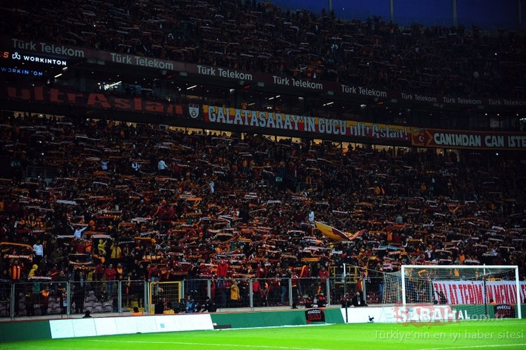 Galatasaray taraftarlarından anlamlı pankartlar