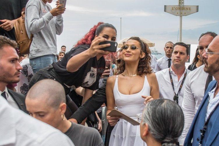 Bella Hadid Cannes'ı resmen salladı!