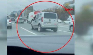 İstanbul trafiğinde olduğu yerde zıplayan ticari araç görenleri şaşkına çevirdi