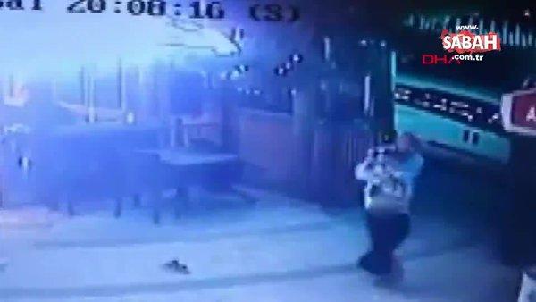 Köpeğini gezdirirken kedi saldırısına uğrayan adamın korku dolu anları kamerada | Video