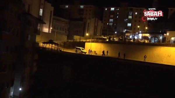 Kısıtlamada dışarıya çıkan vatandaşların polisi görünce koşarak evlerine kaçma anı kamerada