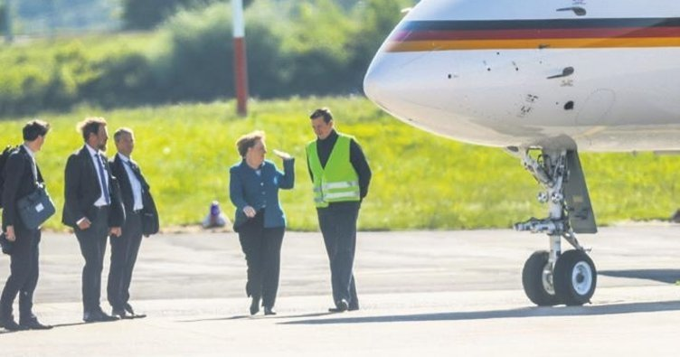 Başbakan Merkel'in uçağına çarptılar