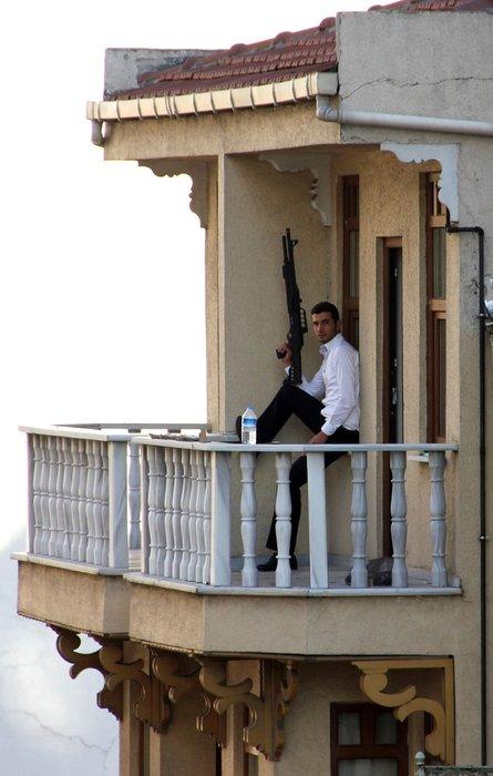 Silahlı adam Kumkapı'da para saçtı