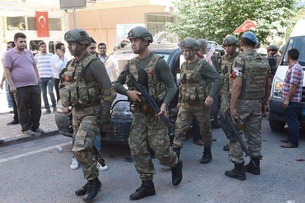 Askerler neden kollarına kırmızı – beyaz flama taktı?