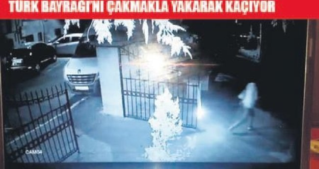 Sala verilen caminin kapısında bayrak yaktı