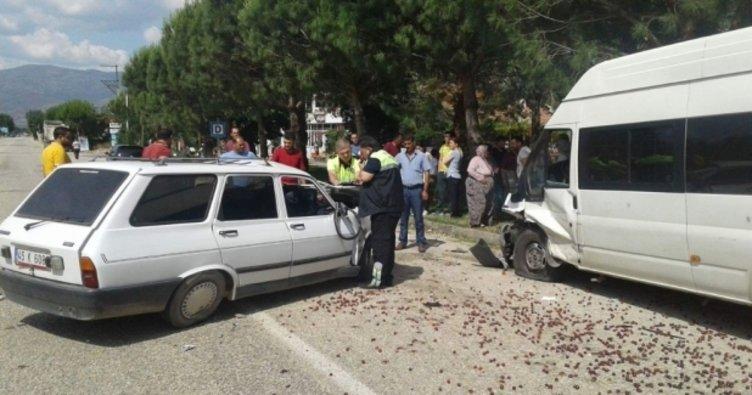 Alaşehir'de otomobil park halindeki minibüse çarptı: 1 ölü