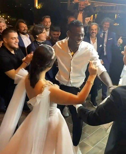 Balotelli'den çiftetelli şov! Düğüne damga vurdu - Son Dakika Spor Haberleri