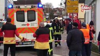 Almanya'da geçit töreninde dehşet! Arabayla insanların arasına daldı!   Video