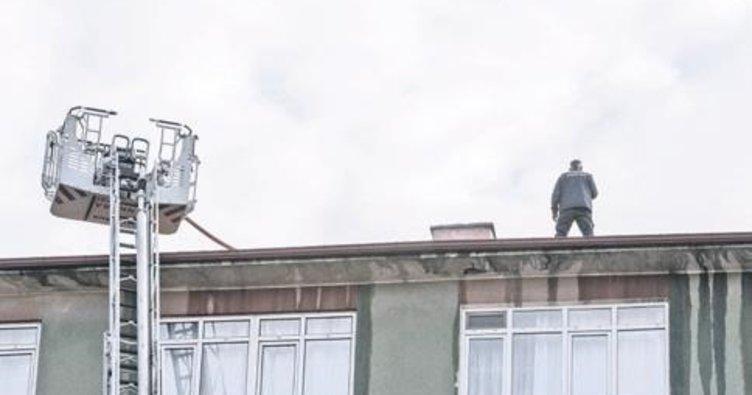 Çatısı yanan bina boşaltıldı