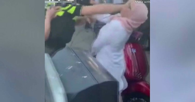 Hollanda polisinden skandal hareket! Önce tekmeledi sonra yüzüne yumruk attı