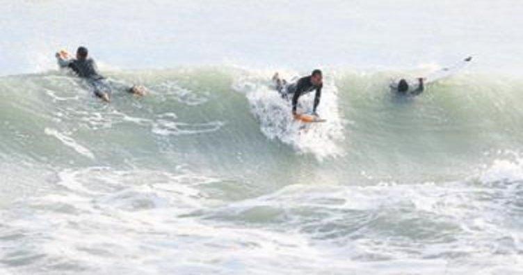 Dev dalgalarda akrobatik hareket