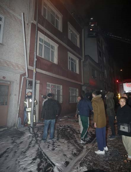 Bayrampaşa'da 4 katlı binada yangın!