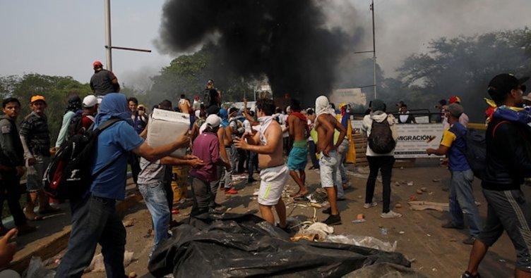 Venezuela'ya giden yardım kamyonlarını Maduro karşıtları yakmış