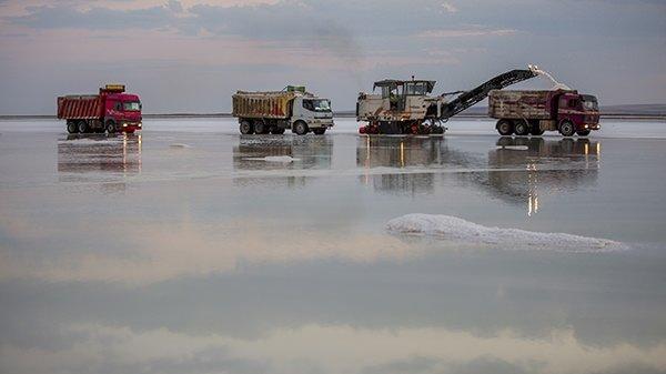 Su ekip tuz biçiyorlar