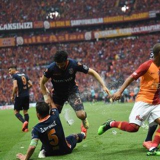 Galatasaray - Medipol Başakşehir maçında saha karıştı
