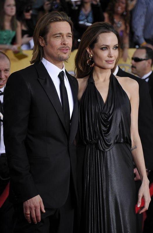 Jolie-Pitt çifti öpüşmeye doyamadı