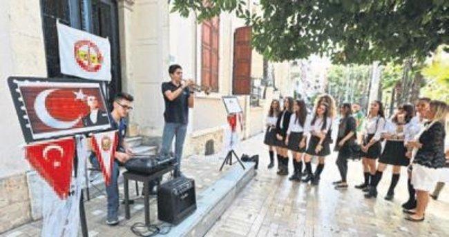 Lise öğrencileri sokak konseri verdi
