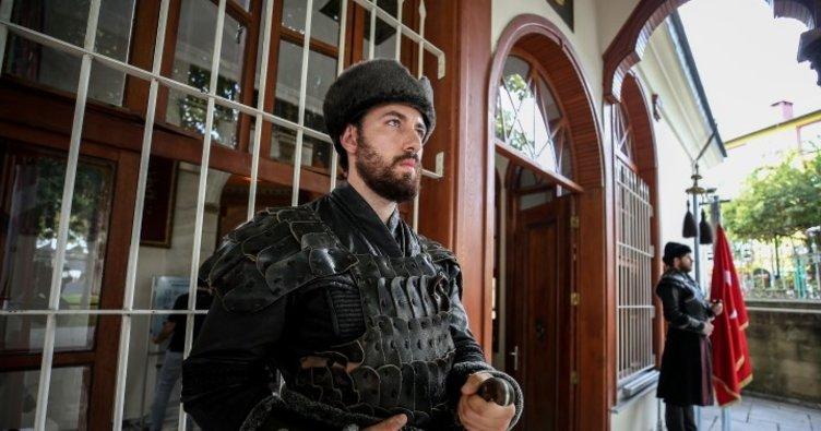 Osman Gazi Türbesi'ndeki saygı nöbeti ziyaretçileri duygulandırıyor