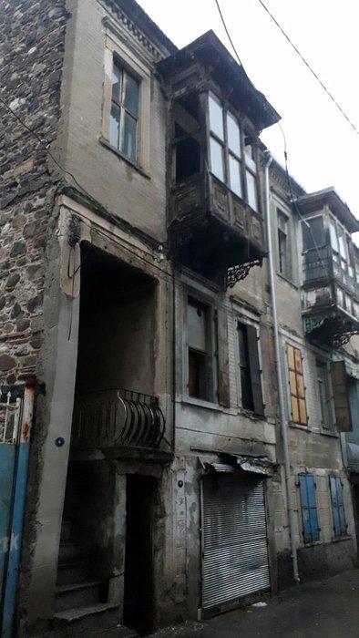 Konak'ta tarihi binanın bir bölümü çöktü