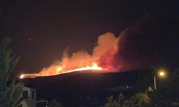 Çeşme'de geceyi aydınlatan yangın