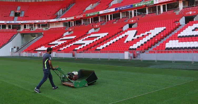 Samsunspor'un yeni stadında çim bakımı