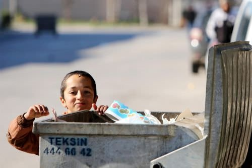 Suriyeli çocukların çöpten sebze ve meyve sevinci