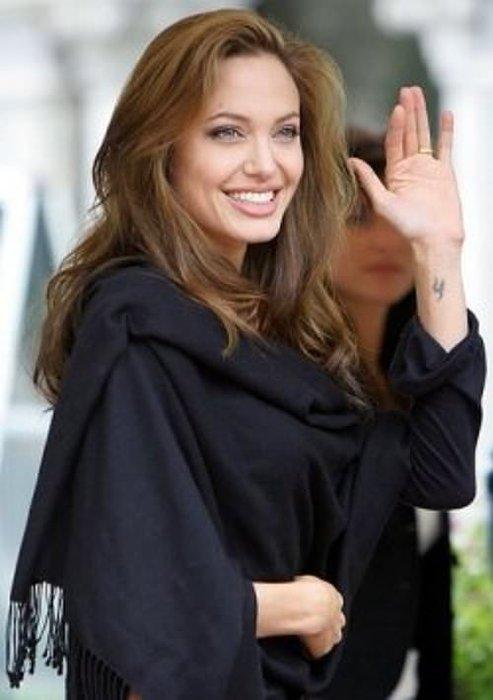 Angelina Jolie Brad Pitt'i Hatırlatan Dövmelerini Sildirmek İstiyor