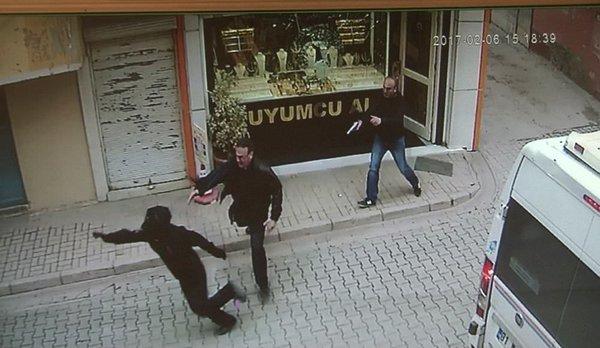 Altınları çalmak isteyen hırsızı tabancayla kovaladı