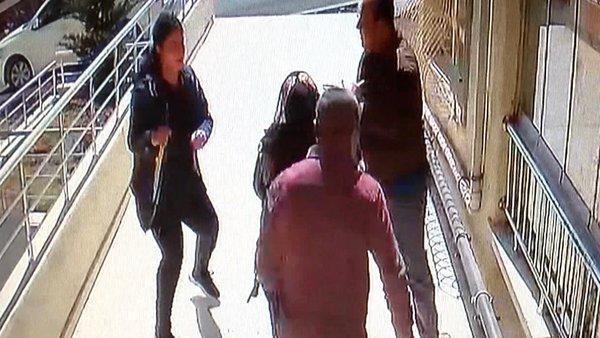 Ankara'da sevgilisinin evini basan genç kız önüne geleni bıçaklayarak böyle dehşet saçtı | Video