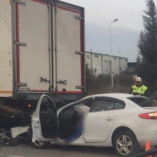 Otomobil kamyona çarptı: 2 ölü, 1 yaralı