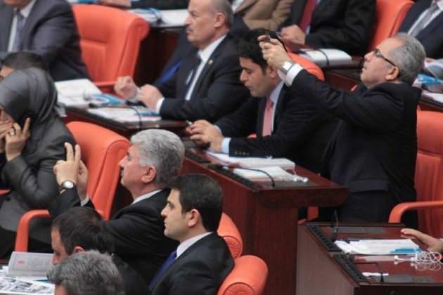 AK partili vekiller telefonlarına saldırdı