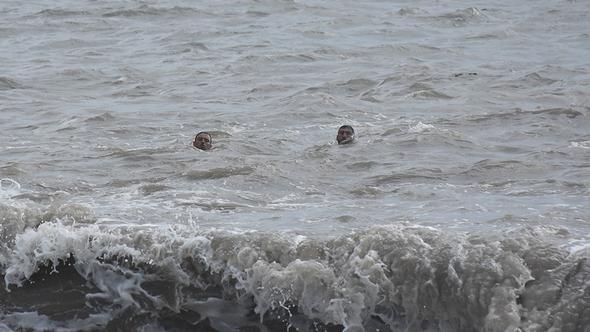 Serinlemek için denize girdiler! Canlarını zor kurtardılar