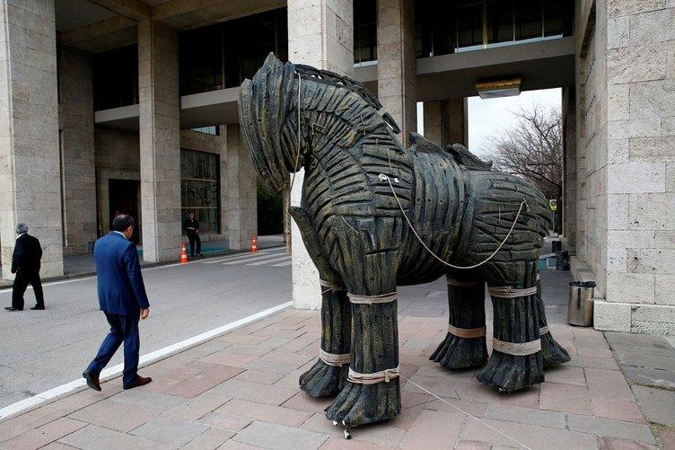 Meclis'e getirilen 'Truva Atı' heykeline yoğun ilgi