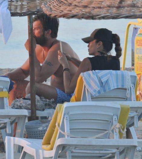 Kıvanç Tatlıtuğ sevgilisi ile birlikte halk plajında!