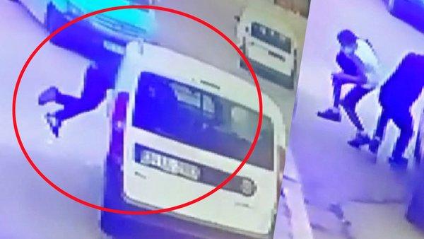 Son dakika haberi... İzmir'de akılalmaz olay! Giden aracın içine 'Süpermen' gibi uçarak giren adam kamerada   Video