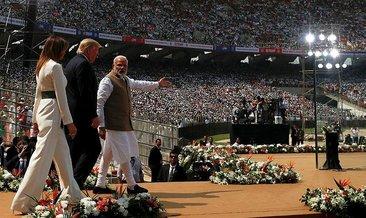 Trump, Hindistan'da 100 bin kişiye konuştu