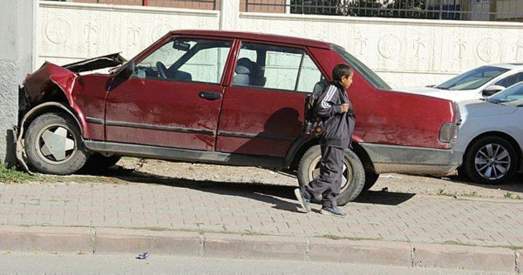 Kaçırdığı arabayla okula giderken kaza yaptı