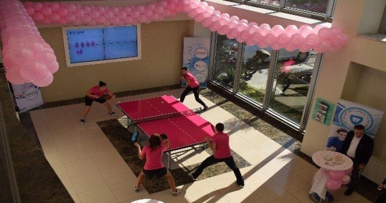 Masa tenisi bayan milli takımı meme kanserinde farkındalık için oynadı