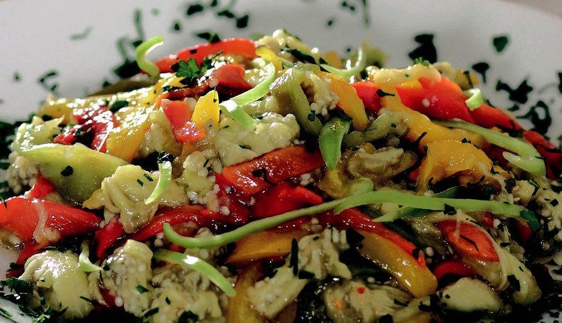 Üç Renkli Biber Salatası